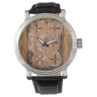 Relógio gótico escuro velho do vintage de madeira medieval