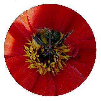 Relógio Grande Abelha em um pulso de disparo de parede vermelho