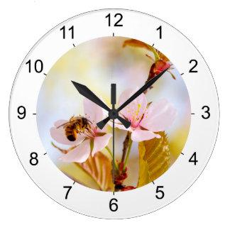 Relógio Grande Abelha em uma flor da cereja