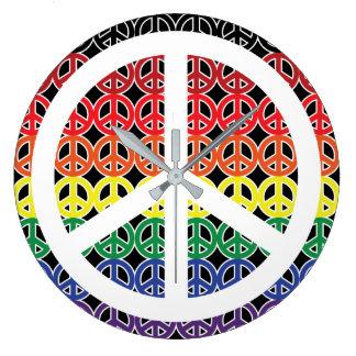 Relógio Grande Arco-íris do sinal de paz no preto