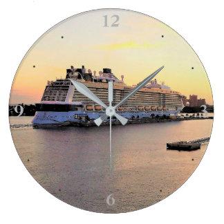 Relógio Grande Aurora do porto de Nassau com navio de cruzeiros