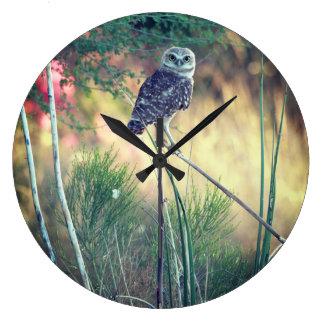Relógio Grande Burrowing a coruja empoleirada em volta do pulso
