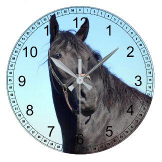 Relógio Grande Cavalo preto e o céu azul