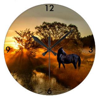Relógio Grande Cavalo preto no nascer do sol ou no por do sol
