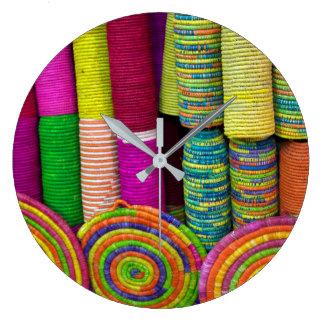 Relógio Grande Cestas coloridas no mercado