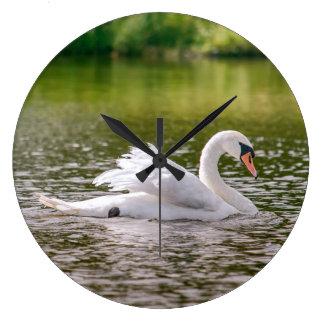 Relógio Grande Cisne branca em um lago