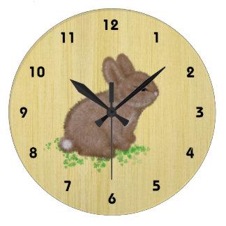 Relógio Grande Coelho adorável no trevo com fundo de madeira