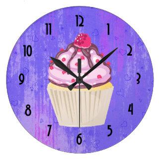 Relógio Grande Cupcake doce com a framboesa na parte superior