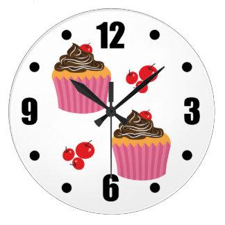 Relógio Grande Cupcakes cor-de-rosa bonitos no branco