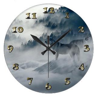 Relógio Grande Lobos na paisagem nevado do inverno