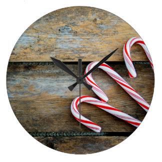 Relógio Grande Madeira rústica com os bastões de doces do Natal