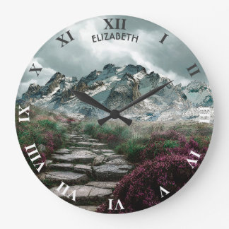Relógio Grande Montanhas românticas com a estrada e as flores de