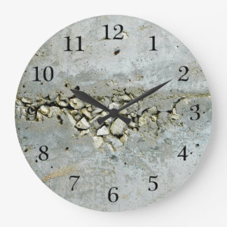 Relógio Grande Muro de cimento rachado com pedras pequenas