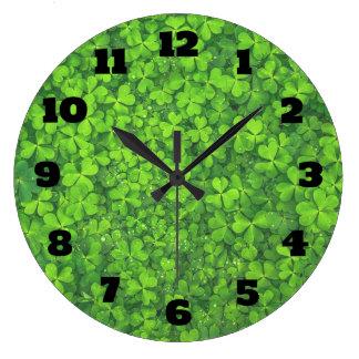 Relógio Grande O trevo verde-claro sae do fundo