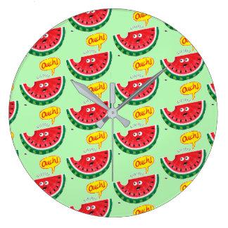 Relógio Grande Parte de melancia que expressa a dor após uma