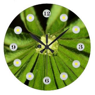 Relógio Grande Planta da palma do bebê por Shirley Taylor