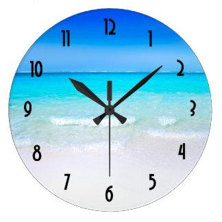 Relógio Grande Praia tropical com um mar de turquesa