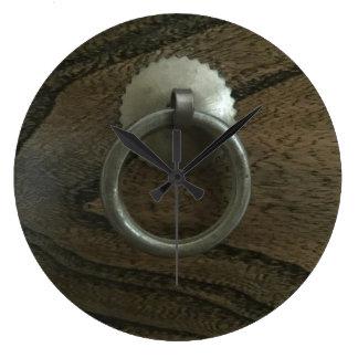 Relógio Grande Punho de bronze na madeira