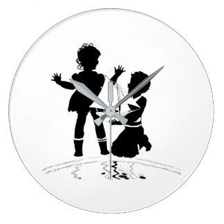 Relógio Grande silhueta do barco da menina e do menino e o modelo