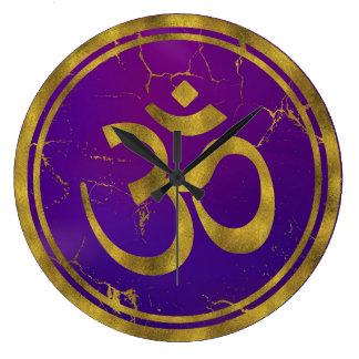 Relógio Grande Símbolo de OM do ouro - Aum, Omkara no roxo/índigo