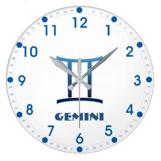 Relógio Grande Sinal azul do zodíaco dos Gêmeos no branco