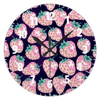 Relógio Grande Teste padrão cor-de-rosa da morango no fundo roxo