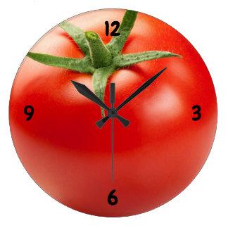 Relógio Grande Tomate vermelho fresco isolado no fundo branco