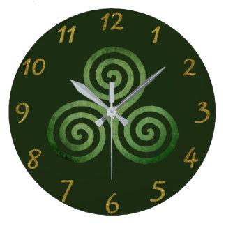 Relógio Grande Triskele no verde e no ouro
