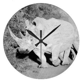 Relógio Grande Uma mãe do rinoceronte e sua vitela em África do