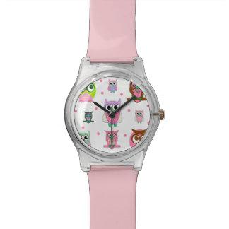 Relógio moderno do rosa das corujas dos desenhos a