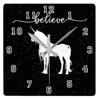 Relógio Quadrado Acredite no fundo estrelado do céu do design dos
