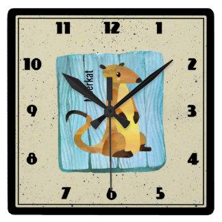 Relógio Quadrado Aguarela Meerkat em um fundo de madeira azul