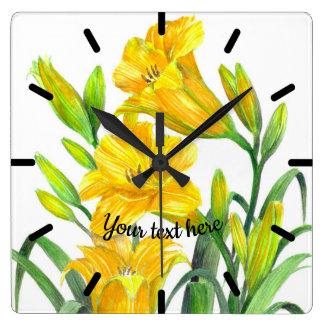 Relógio Quadrado Arte floral amarela dos lírios de dia da aguarela