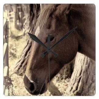Relógio Quadrado Ascendente próximo do cavalo