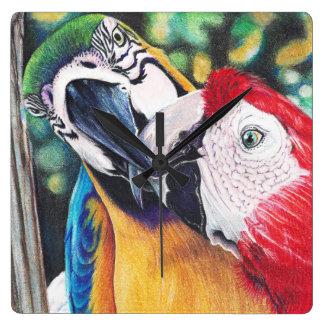 Relógio Quadrado beijando o pulso de disparo dos Macaws