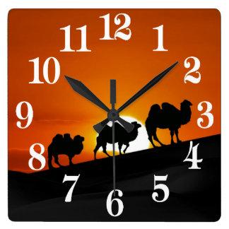 Relógio Quadrado Camelos no por do sol