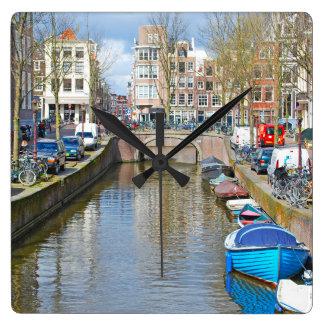 Relógio Quadrado Canal de Amsterdão com barcos