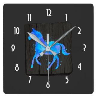 Relógio Quadrado Cavalo selvagem na aguarela azul e roxa no preto