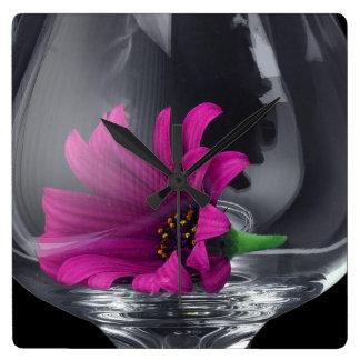 Relógio Quadrado Close up cor-de-rosa da margarida em um vidro de