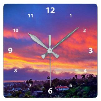 Relógio Quadrado Cor-de-rosa, azul, amarelo e laranja nubla-se a