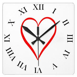 Relógio Quadrado Coração pintado em pano de fundo branco