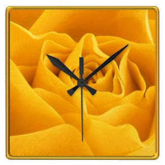 Relógio Quadrado Costume quadro amarelo das pétalas cor-de-rosa
