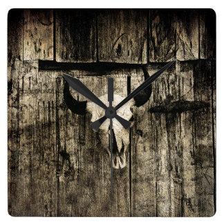 Relógio Quadrado Crânio rústico do búfalo com chifres em um celeiro