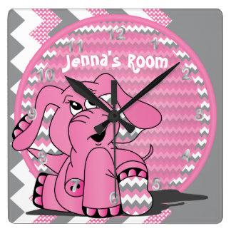 Relógio Quadrado Elefante cor-de-rosa engraçado no fundo de Chevron