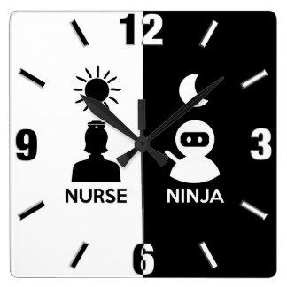 Relógio Quadrado Enfermeira em o dia Ninja em a noite