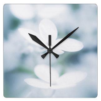 Relógio Quadrado Flores brancas bonitas