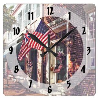 Relógio Quadrado Fredericksburg VA - Rua com bandeiras americanas