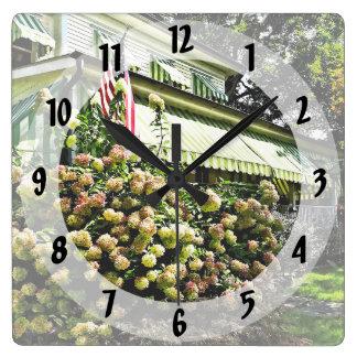 Relógio Quadrado Hydrangeas brancos pelo toldo listrado verde