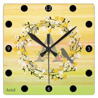 Relógio Quadrado Linhas da escova da aguarela, monograma da