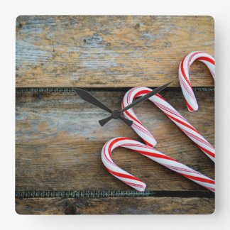 Relógio Quadrado Madeira rústica com os bastões de doces do Natal